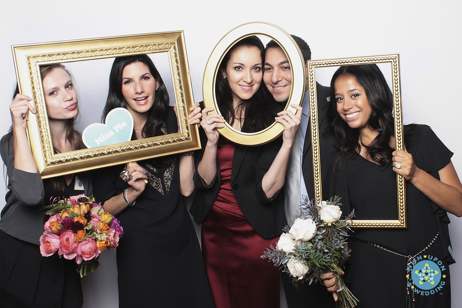 hire the wedding photo booth and innovate creative photos
